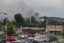 Na Císařské louce v Praze začaly 19. července 2019 po poledni hořet dřevěné garáže.