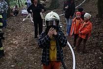 LOUČENÍ S PRÁZDNINAMI. Na akci si měli děti možnost vyzkoušet hasičskou techniku.