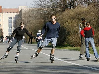 PRAHA VERSUS RYCHLOBRUSLAŘI. Šestá městská část chce vykázat bruslaře, kteří jezdí rychle. Ti však tvrdí, že nemají kde jezdit.