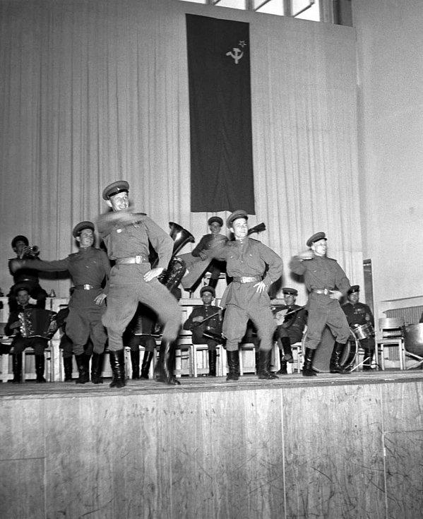 TREPAK. Vystoupení tanečního sboru vojsk Rudé armády ve Vinohradské sokolovně dne 27. června 1947.