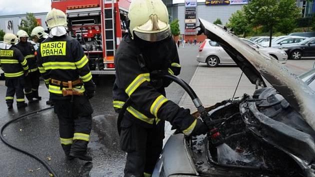 Požár motorové části osobního vozidla Renault na parkovišti před obchodním centrem v Letňanech.