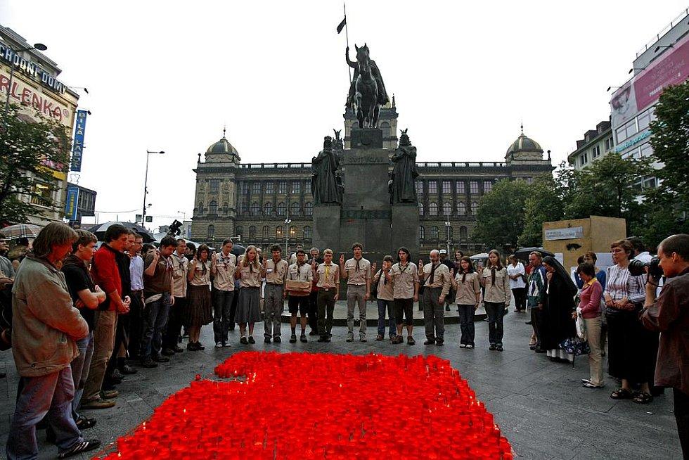 Zapálení svíček a pietní vzpomínkový akt k uctění památky na popravenou Miladu Horákovou se uskutečnil 27. června na Václavském náměstí.