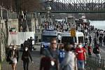Téměř letní počasí přilákalo na pražskou náplavku davy lidí i ve středu 31. března 2021. Místo jsme okolo 18. hodiny navštívili s redakčním objektivem.