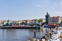 Oprava Staroměstského jezu na Vltavě v metropoli má za sebou betonáž.