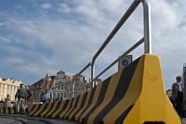Betonový zátaras na Staroměstském náměstí.