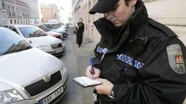 V ulicích druhé městské části kontrolovaly ve čtvrtek 1. října parkování tři desítky strážníků.