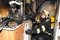 Hasiči zasahující v dýchací technice nejenom likvidovali požár kuchyňského koutu bytu v jednom z vyšších pater, ale také vyklízeli okolí.