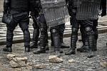 Demonstrace fanoušků v Praze na Staroměstském náměstí se 18. října 2020 po ukončení zvrhla v bitky s policií.