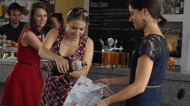 Křest kofolou. Zakladatelka iniciativy USE-IT v ČR Eva Křížová (vlevo) a Julie Dürrová posílají novou mapu Prahy do světa.