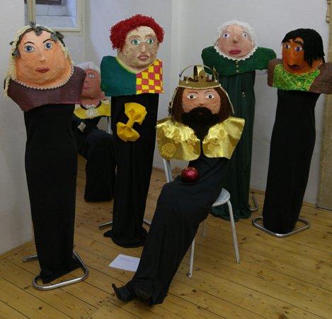 Žáci ze Základní školy Vodičkova vPraze 1vyrobili velké masky představující Karla IV., jeho družinu a dvořany.