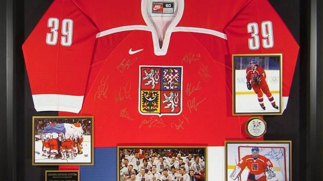 V pražské pobočce Millionaire Gallery se nachází na šedesát věcí. Mezi nimi je například reprezentační dres hokejového brankáře Dominika Haška.