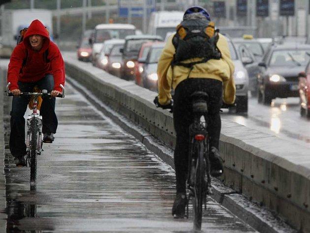 Cyklisté a auta v Praze. Ilustrační foto.