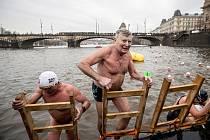 Rekordních 369 plavců soutěžilo 26. prosince v centru Prahy v 71. ročníku memoriálu Alfreda Nikodéma, nejstaršího otužileckého závodu v Česku.