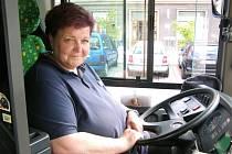 EVA PROCHÁZKOVÁ za volantem autobusu, ve kterém vozí každý den téměř stejné lidi. Ráno rozváží uklízečky, sestřičky, popeláře, pošťačky a tak dále.