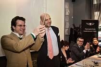 Nový šéfdirigent PKF - Prague Philharmonia Emmanuel Villaume, který bude do funkce jmenován v úvodu příští sezony, se představil na tiskové konferenci ve čtvrtek 27. listopadu 2014 v Praze. Taktovku mu symbolicky předal současný šéfdirigent Jakub Hrůša.