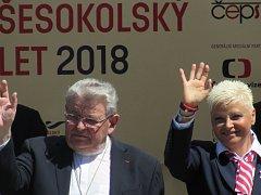 U pražského Rudolfína vítali průvod mimo jiné také starostka České obce sokolské Hana Moučková a kardinál Dominik Duka