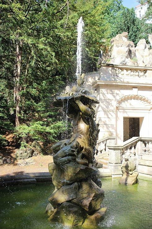 Socha Neptuna byla kvůli rekonstrukci převezena do depozitáře. Po roce 1989 vyšlo najevo, že socha zmizela
