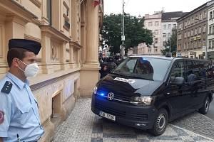 Policejní dodávka přijíždí k Obvodnímu soudu pro Prahu 2, který 2. července 2021 rozhodoval o vazbě pro střelce, jehož policie obvinila z vraždy zaměstnankyně úřadu práce a z dalších trestných činů.