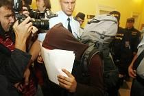 ZRYCHLENÉ ŘÍZENÍ. Soud se squatery, které zatkla policie, se rozběhl už druhý den. Do soudní budovy přišly zatčené podpořit desítky příznivců, na jednání se však nedostali.
