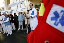 NAKONEC USPĚLI. Protesty zaměstnanců i pacientů, petice s šesti tisíci podpisy - ústav zůstane zachován. (Snímek zachycuje tiché protestní shromáždění zaměstnanců z letošního ledna.)