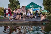V radotínském Biotopu si v neděli můžete zaplavat a poslouchat hudbu zároveň.