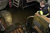 Odčerpávání vody ze sklepa lékařského domu.