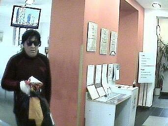 Maskovaný lupič přepadl banku v Praze,