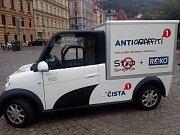 Praha 1 bojuje proti sprejerům, představila antigraffiti vůz.
