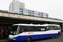 HOSTIVAŘ? HÁJE? Příměstské autobusy z jihu mění konečnou stanici. Cestující proti tomu sepisují petici, ROPID změnu hájí.