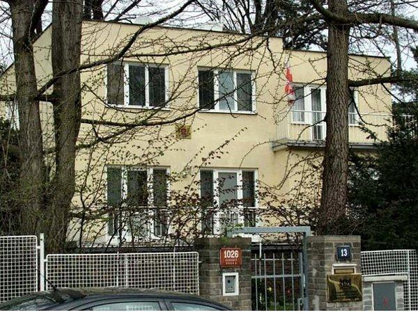 Vilu malíře Karla Svolinského vBubenči stavební firma zbourala majitelka stavby (ruská podnikatelka) přitom od stavebního úřadu Prahy 6držela pouze povolení na přestavbu. Stalo se to bleskově, doslova během několika dnů.