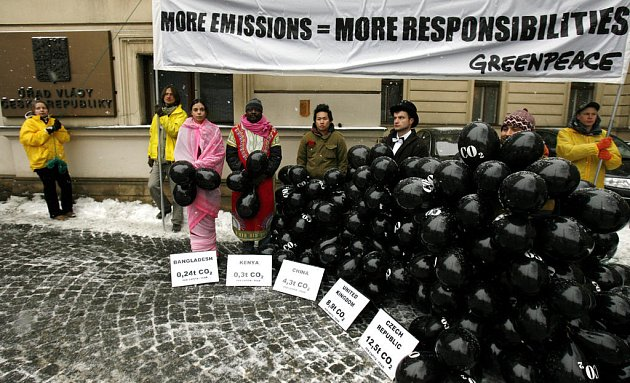 Aktivisté představují Českou republiku, Velkou Británii, Čínu, Keňu a Bangladéš. Zatímco Čecha černé balónky doslova schovaly, Keňan a Bangladéšanka jich na sobě měli jen pár. Počet balónků totiž odpovídal množství emisí CO2 na jednoho obyvatele uvedených