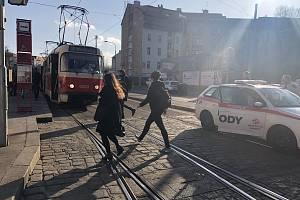 Stržená trolej zastavila tramvaje v Nuslích.