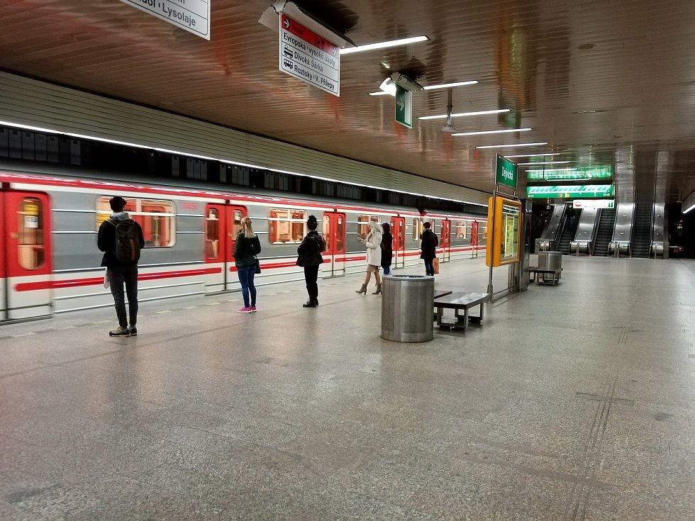Při procházce vestibuly a nástupištěm ve stanici Dejvická je v těchto dnech před polednem velmi slabý provoz.