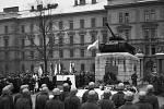 Slavnost před Štefanikovými kasárna u příležitosti založení sovětské armády. Její význam zhodnotil ministr sociální péče Zdeněk Nejedlý (u pultu). Fotografie z 23. 2. 1947.