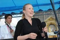 Karolína Hlaváčková má za sebou zkušenosti s vystupováním s Krajankou, kde působí oba její rodiče, jenom jako moderátorka. Ke zpěvu ji zatím nepřemluvili.