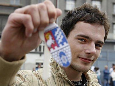 KONEČNĚ VE VLASTNÍM. Jeden z dvacítky vylosovaných, dvacetiletý Jakub Černohous, se symbolickým klíčem od bytu.