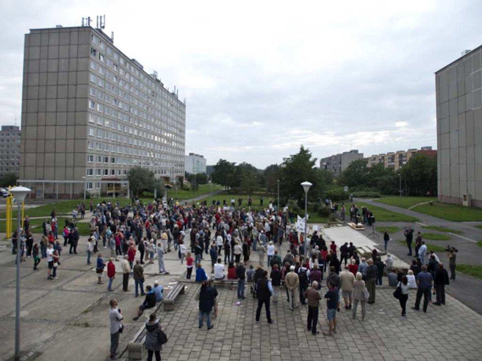 Obyvatelé sídliště Písnice při demonstraci proti prodeji bytů.