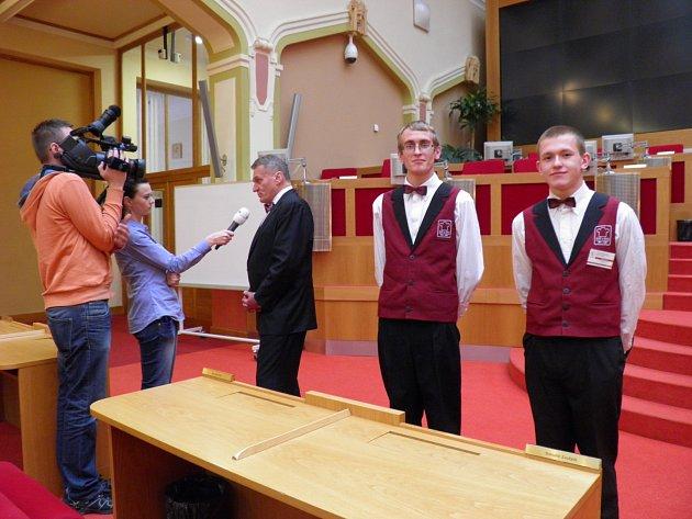 """Na každém zastupitelstvu obsluhoval učni Tomáš Vančura (vlevo) a Jan Mužík ze SOŠ a SOU Čakovice přítomné politiky. """"Takže tento primátor už skončil?"""" ptali se. """"Tak to aspoň budeme mít díky fotce vzpomínku."""""""