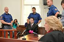 Před Městským soudem v Praze stanul Jiří Funda, který podle obžaloby i vlastního přiznání v pondělí 6. ledna 2014 ubodal dívku v jejím bytě ve Vratislavově ulici pod Vyšehradem. Kvůli penězům.