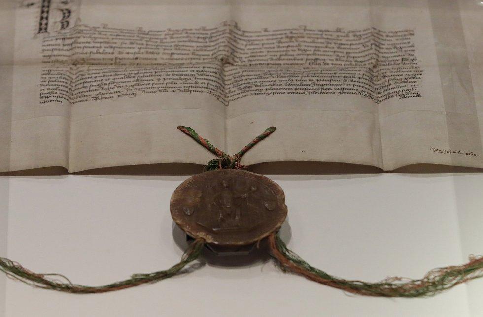 Výstava Insignií Univerzity Karlovy v Karolinu. Na snímku zakládací listina Univerzity Karlovy ze 7. dubna 1348.