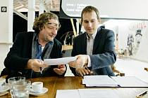 Starosta Prahy 7 Jan Čižinský (vpravo) podepsal s ředitelem Institutu plánování a rozvoje Petrem Hlaváčkem memorandum o spolupráci na vzniku kulturní a kreativní čtvrti.