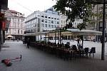 Restaurační zahrádky kolem stanice metra Můstek byly ve dnech po jejich znovuotevření poloprázdné a místy dokonce zcela prázdné.