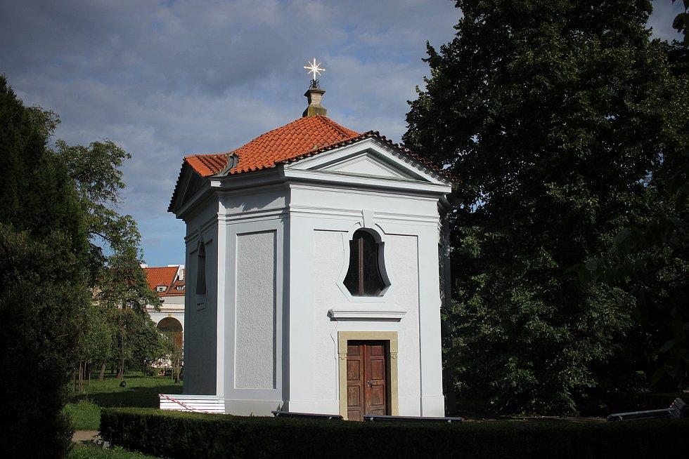 Bosé karmelitky, kterým byla zahrada předána v polovině 17. století, v zahradě vybudovaly například kapli sv. Terezie.