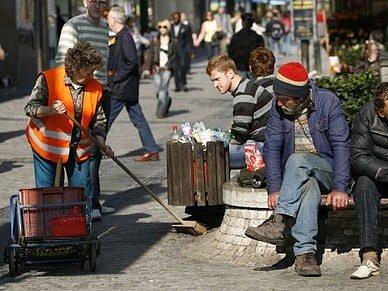 Jarní úklid v centru. S košťaty se vydaly úklidové čety i do ulice