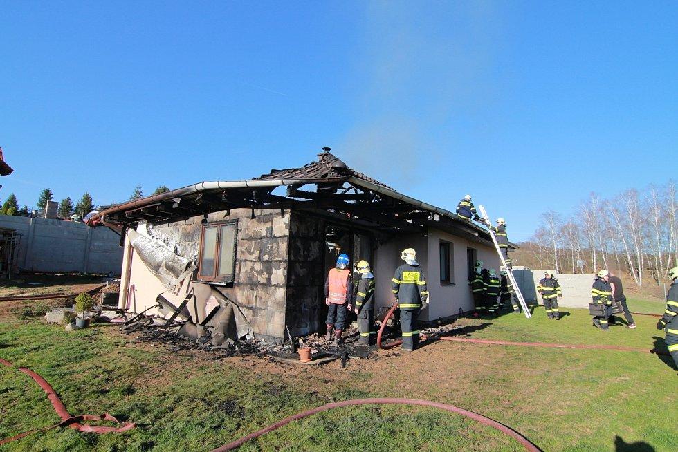 Požár rodinného domu v Mirošovicích.