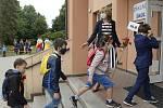 Žáci s nasazenými rouškami vchází 1. září 2020 do Masarykovy základní školy v Újezdu nad Lesy v Praze 9.