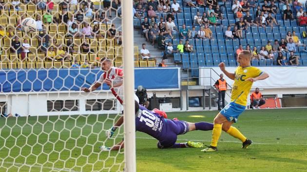 Slávista Ivan Schranz právě střílí jeden ze svých gólů do sítě teplického brankáře Grigara.