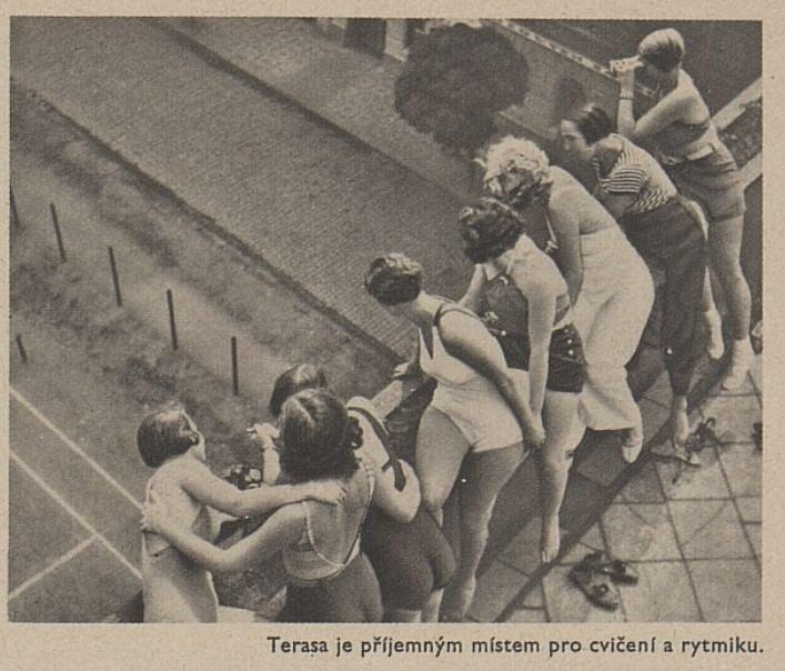 Výstřižek z periodika Eva, časopis moderní ženy, který zachycuje studentky na dívčí koleji Budeč v Praze.