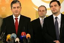 Předseda pražské ČSSD Petr Hulinský (vlevo) a první náměstek pražského primátora Karel Březina vystoupili 22. listopadu v Praze na tiskové konferenci k aktuální situaci v koalici na pražské radnici.