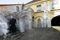 RUINA, která nutně potřebuje opravit. Tak dnes vypadá Dominikánský dvůr v Braníku. V době, kdy ho redaktoři Deníku navštívili, se tu natáčel seriál Vyprávěj.
